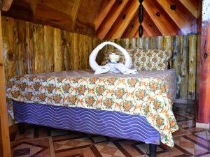 Comoda cama en cabaña rustica