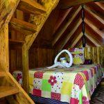Cama en cabaña de madera