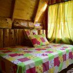 Cama en cabaña de madera en las montañas de El Salvador