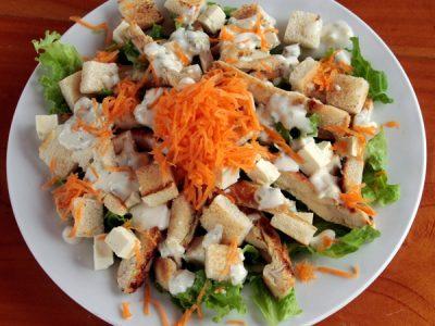 Ensalada de vegetales frescos y pollo a la plancha