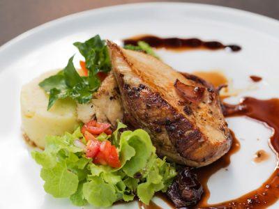 Plato de almuerzo mixto. Pollo y carne