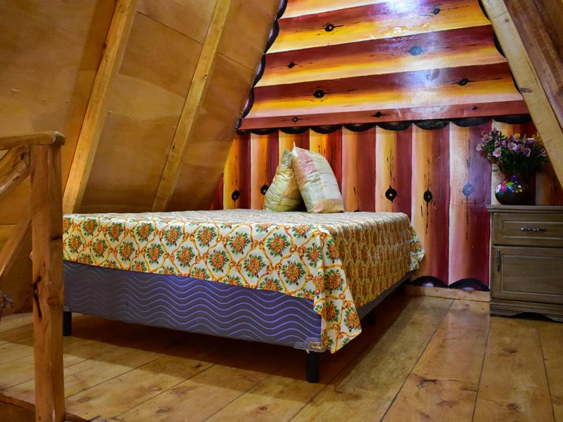 Cama en segundo nivel de cabaña familiar en El Pital