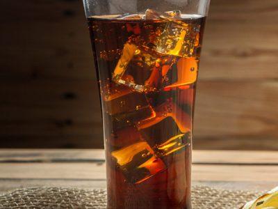 Soda en vaso con hielo